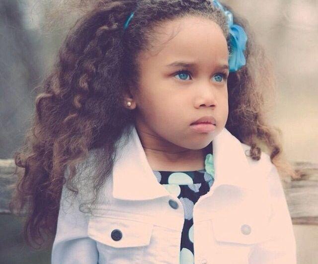 Petite fille métisse aux yeux bleus magnique! Petite