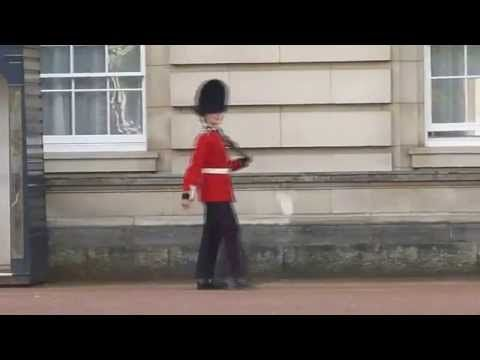 Guardia real baila en Palacio de Buckingham; lo investigan - YouTube