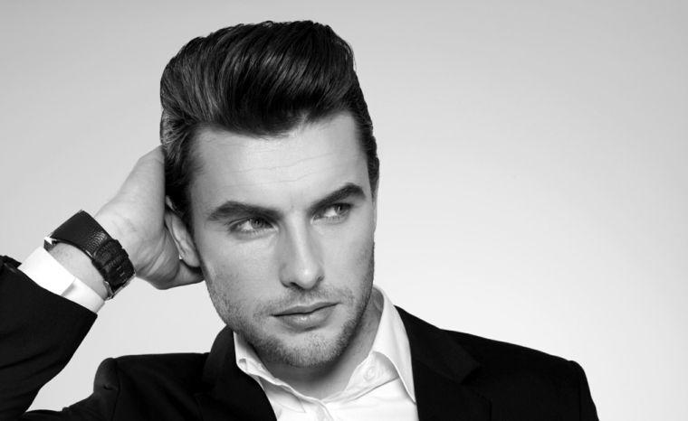 Acconciatura uomo elegante con capelli rasati e pompadour di colore nero 0d03d744de2a
