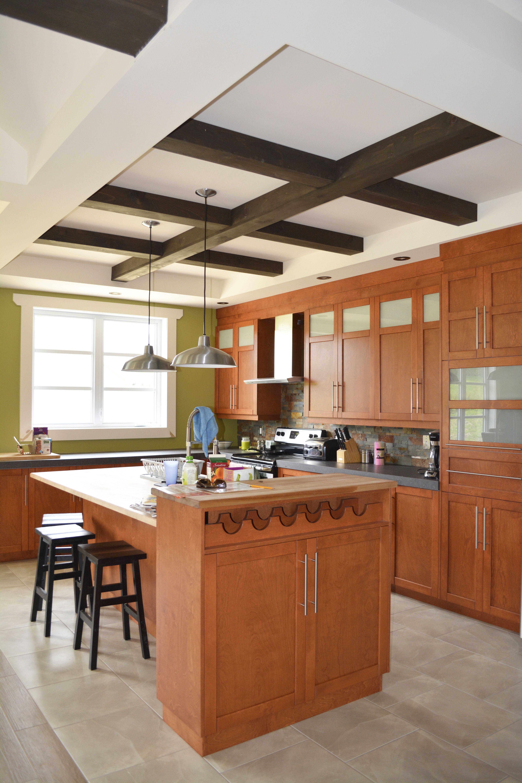 belle maison champêtre de couleur beige avec des ajouts de noir et