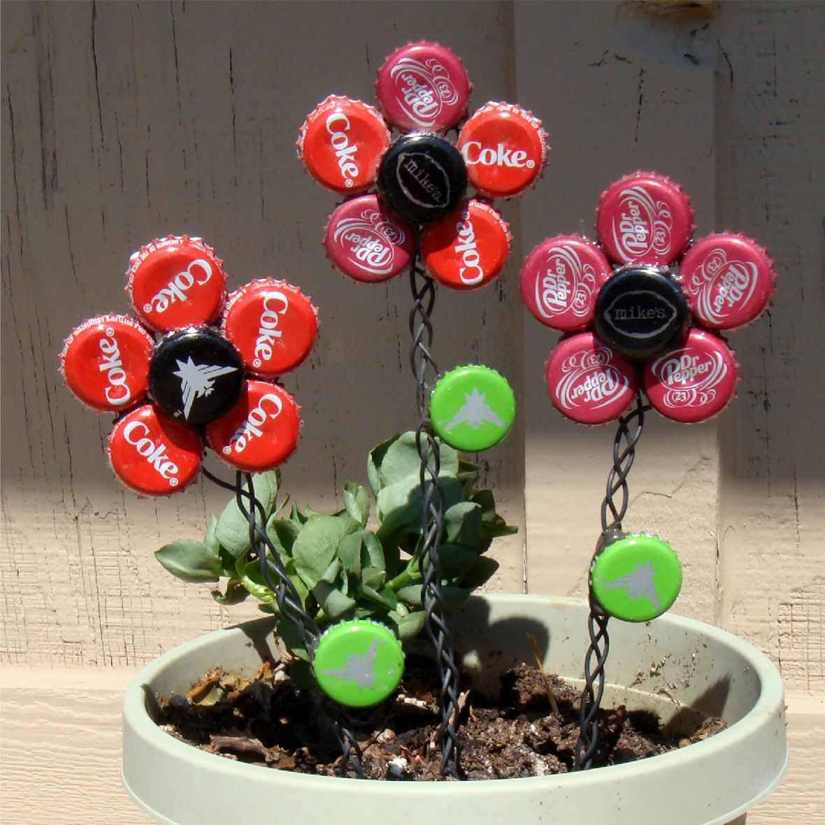 bottle cap flowers backyard pinterest plastik deko und basteln. Black Bedroom Furniture Sets. Home Design Ideas