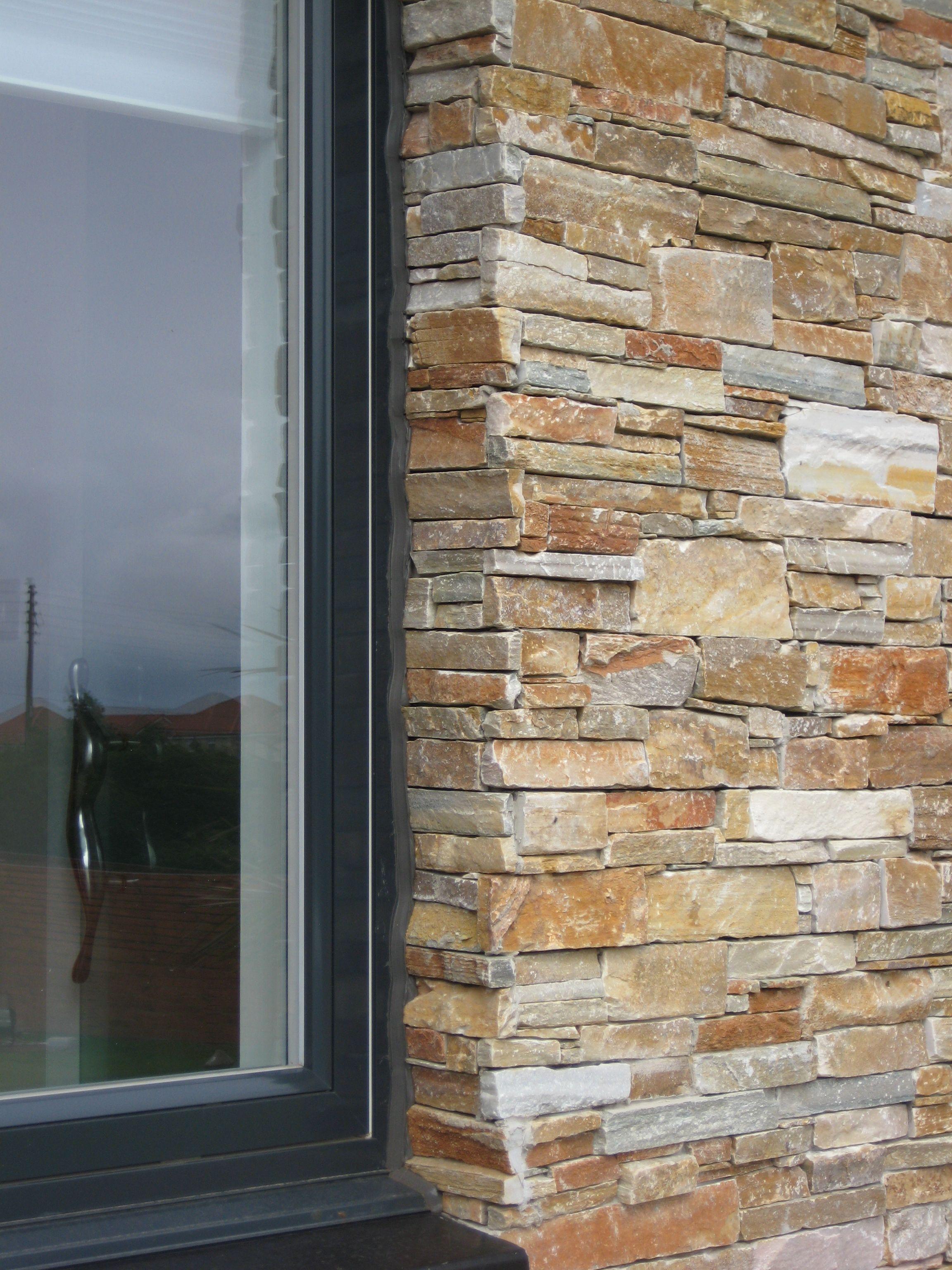 Elegancia y luminosidad en la fachada de esta vivienda - Fachada de piedra natural ...