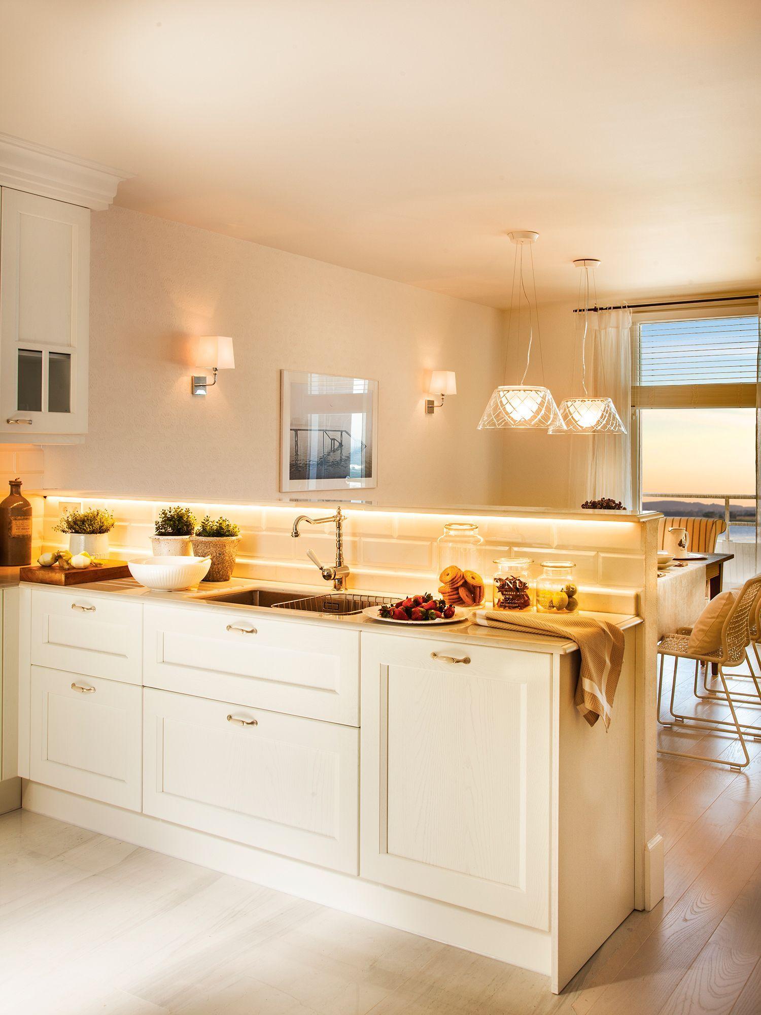 Cocina blanca contigua al office con luces encendidas_ 00411705 ...
