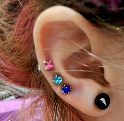 ooh so pretty! Maybe I want three middle cartilage piercings :)