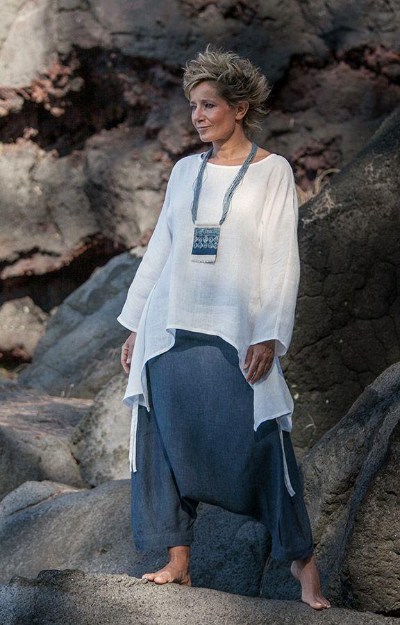 Vêtements pour femmme: Top en lin fin déstructuré ample et souple porté avec un sarouel en lin bleu denim-:- AMALTHEE CREATIONS-:- n° 4