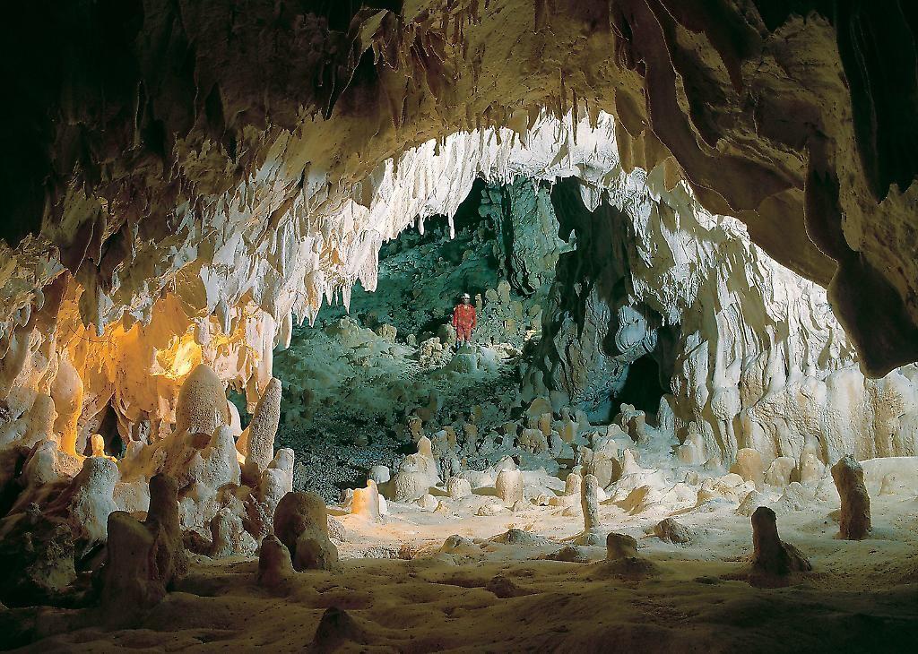 Grotta del Monte Cucco. Sigillo (PG). La Grotta di Monte Cucco con i suoi 30 km di gallerie ed oltre, e con una profondità massima di più 900 metri è uno dei sistemi ipogei più importanti in Europa e sicuramente tra i più noti e studiati nel mondo.