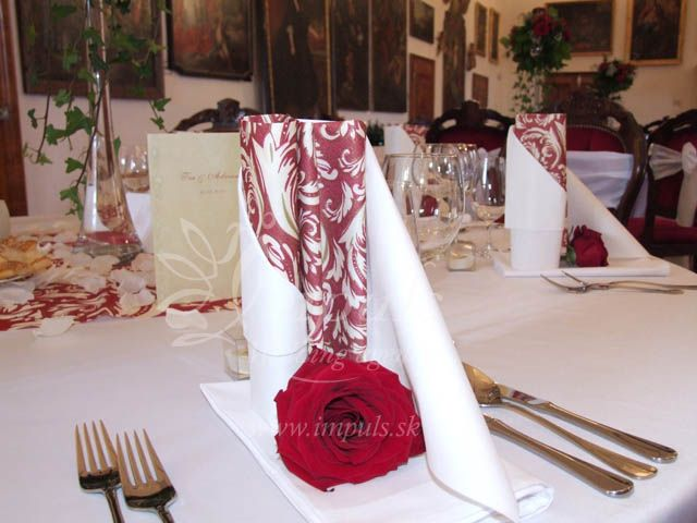 Stunning detail of red/white combination of #winter#wedding#decor