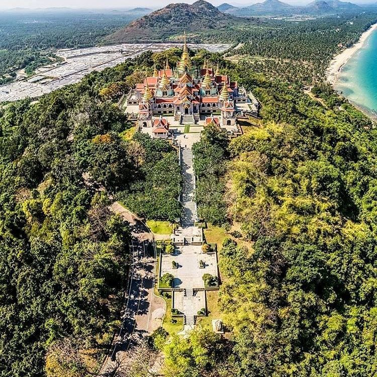 Phra Mahathat Chedi Pakdi Prakas is a temple that is located in Prachuap Khiri Khan province, right next to North Ban Krut Beach, Thailand. To get to this beautiful, detailed temple you have to walk up the steep hill but the walk and views are absolutely worth it.