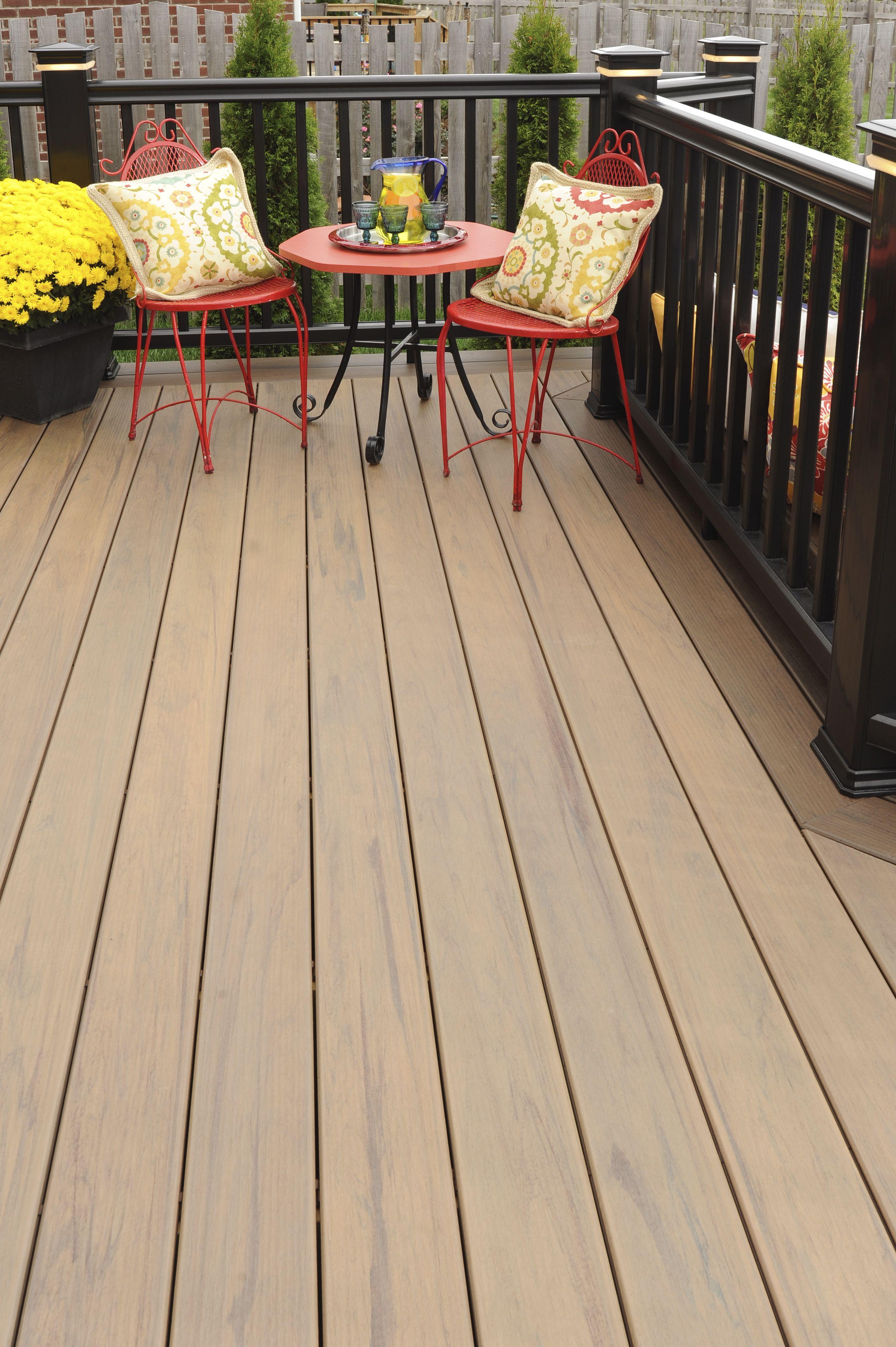 Traditional Americana Styling Paired With Timbertech Tigerwood Decking Patio Design Patio Decking Colours Ideas