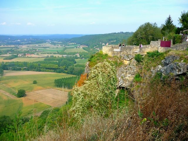 Beautiful panoramic view overlooking the Dordogne Valley from the rocky spur of Domme, Périgord. http://www.frenchmoments.eu/domme/