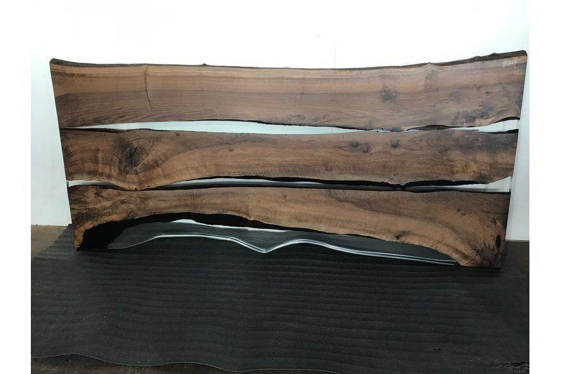 Epoxidharz Baumkanten Tischplatte aus Nussbaum massiv