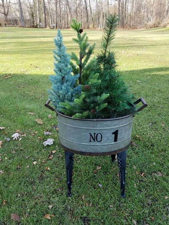 Galvanized Bucket on Legs Farmhouse Planter, Perfect for Christmas decor, or to hold drinks for a party! #Christmasdecor #DIYchristmasdecor #partydecor #homedecor #rustichomedecor #farmhousedecor #rusticpartydecor #galvanizedtub #galvanized ad