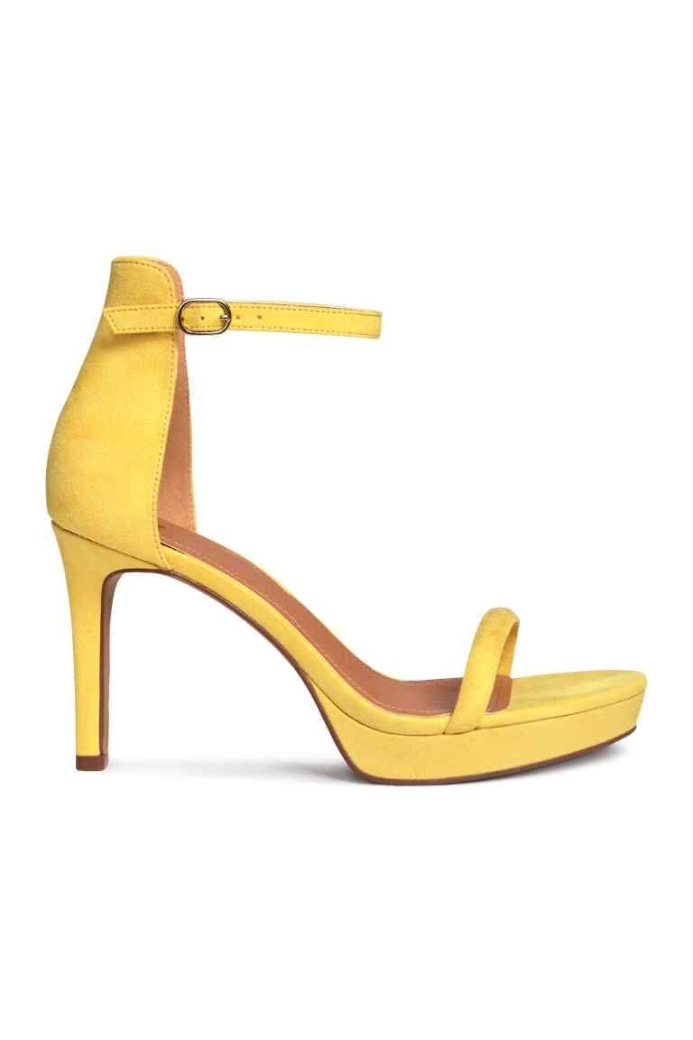 a00c727d60 Sandálias de plataforma  Sandálias compensadas com biqueira aberta e  presilha ajustável no tornozelo com elástico e fivela de metal.