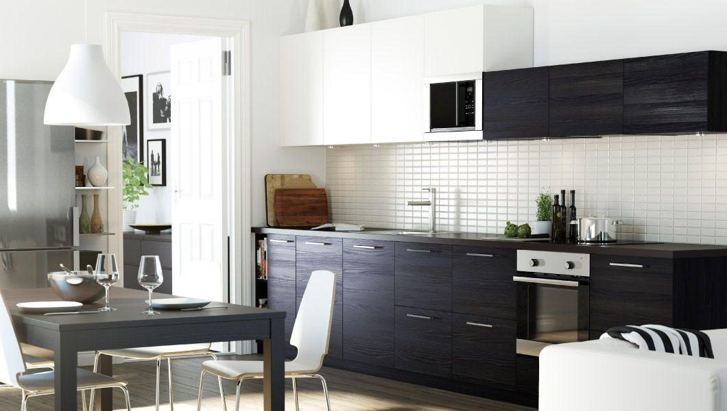 Kjøkken med en kombinasjon av hvite og brunsvarte TINGSRYD dører - neue küche ikea