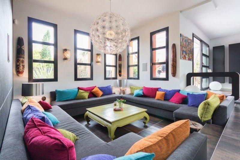 Wohnlandschaft mit bunten Dekokissen im Orient-Look | Wohnzimmer ...