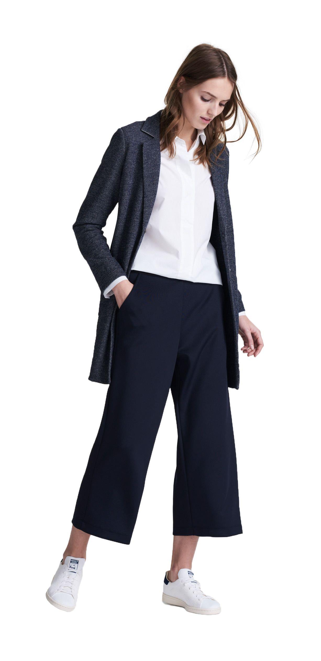 Damen Outfit Geradliniger Look Von Opus Fashion Weisse Bluse Blaue Stoffhose Blauer Mantel ヒューマン フォトショ テクスチャ