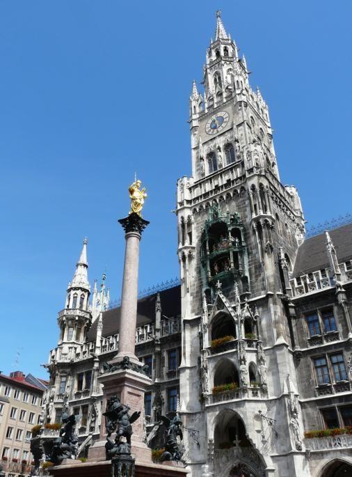 Munchen From The Beautiful Glockenspiel Pictured Here In The Rathaus On Marienplatz To The Reside Sehenswurdigkeiten In Munchen Sehenswurdigkeiten Altstadt