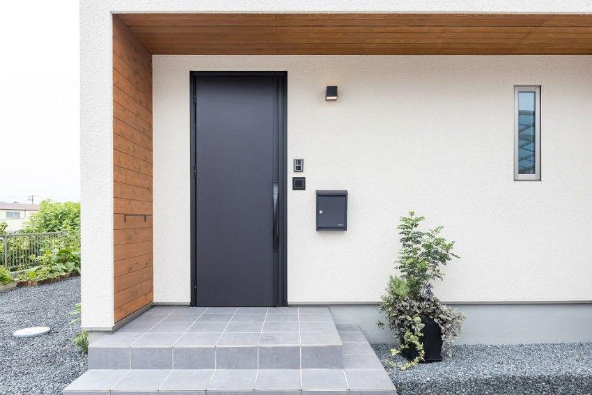 玄関ポーチは直角の内側だけ板張りにしました 現代的な玄関ドア 玄関アプローチ 屋根 モダンハウスの外観