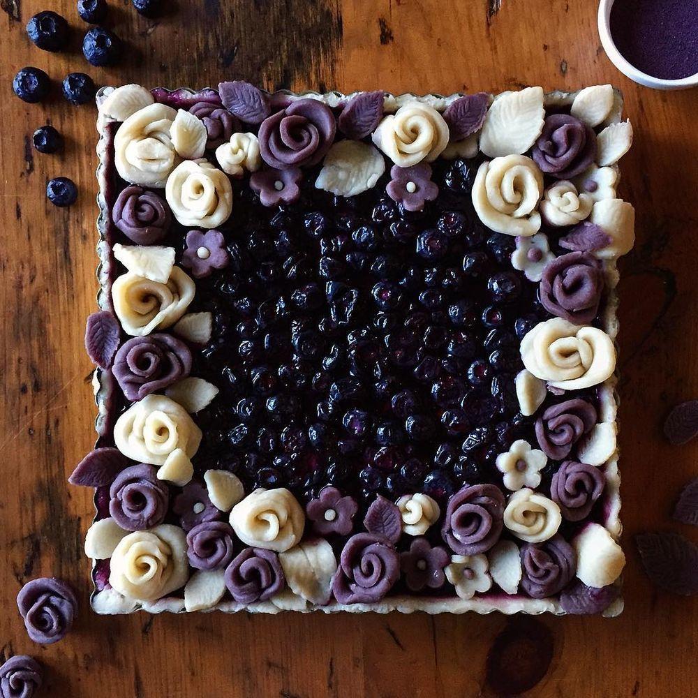 печет пироги как пишется