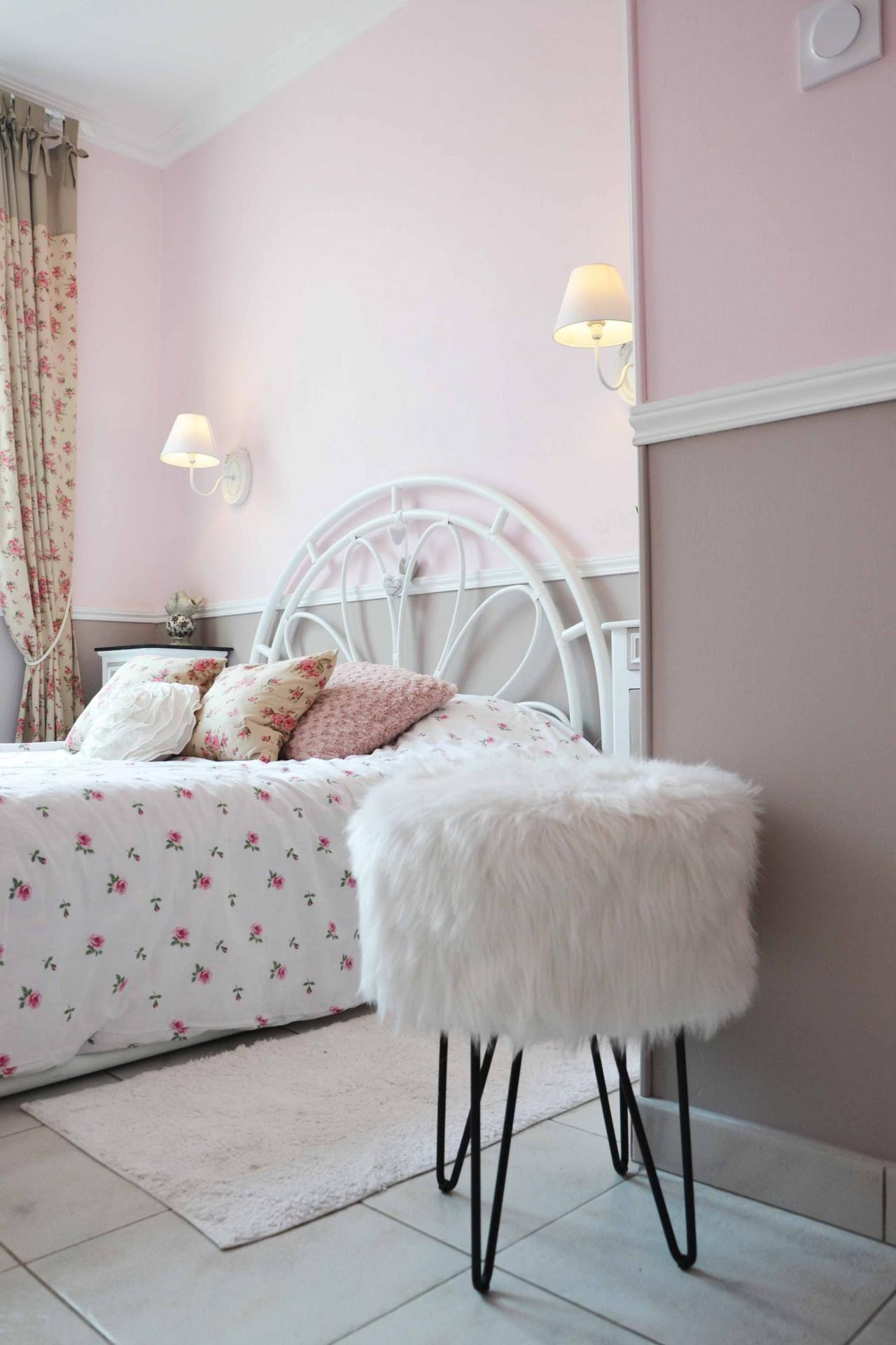 Chambre romantique, rose poudré et marron glacé, moulure, chaleur et ...