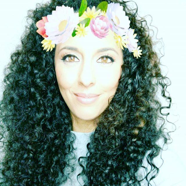 A días lluviosos filtros primaverales 😄 Todo el mundo on fire con stories y yo resistiéndome. Qué le voy hacer! Soy una romántica de Snapchat 👻 En estos días así me da por pensar más de la cuenta... A vosotros tb os pasa? Necesito sol, Sol! 🌼🌷🌻🌹🏵💮🏖🏝🌞☀ #raining #bblogger #curlygirl #rizadita #makeupdecor #rizos #brunette  #winter  #flowers #blogger #picoftheday