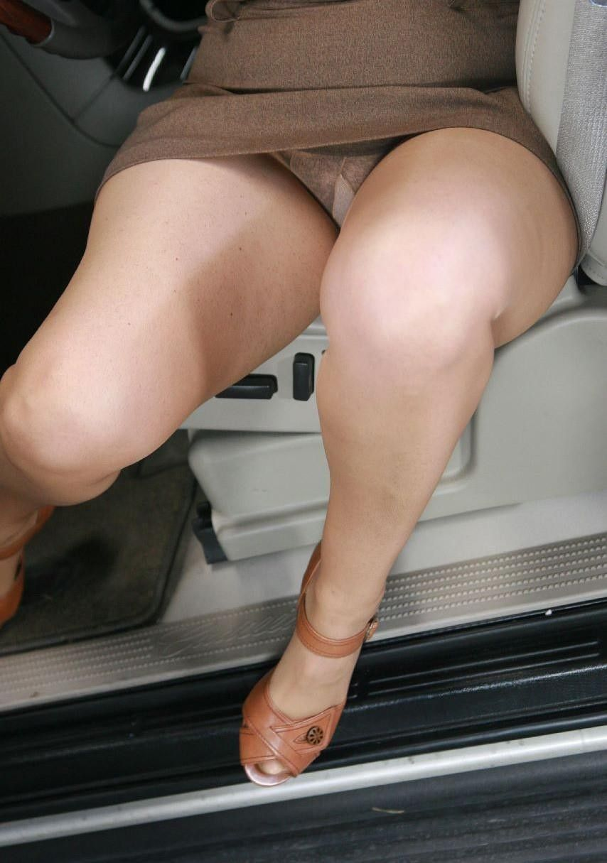Mature accidental upskirt