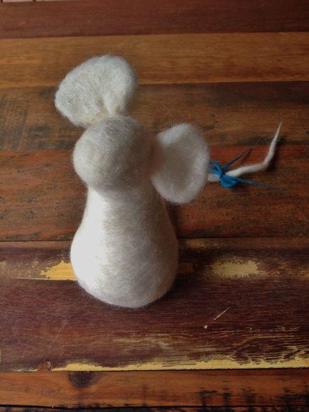 Ratinha feltrada com laço