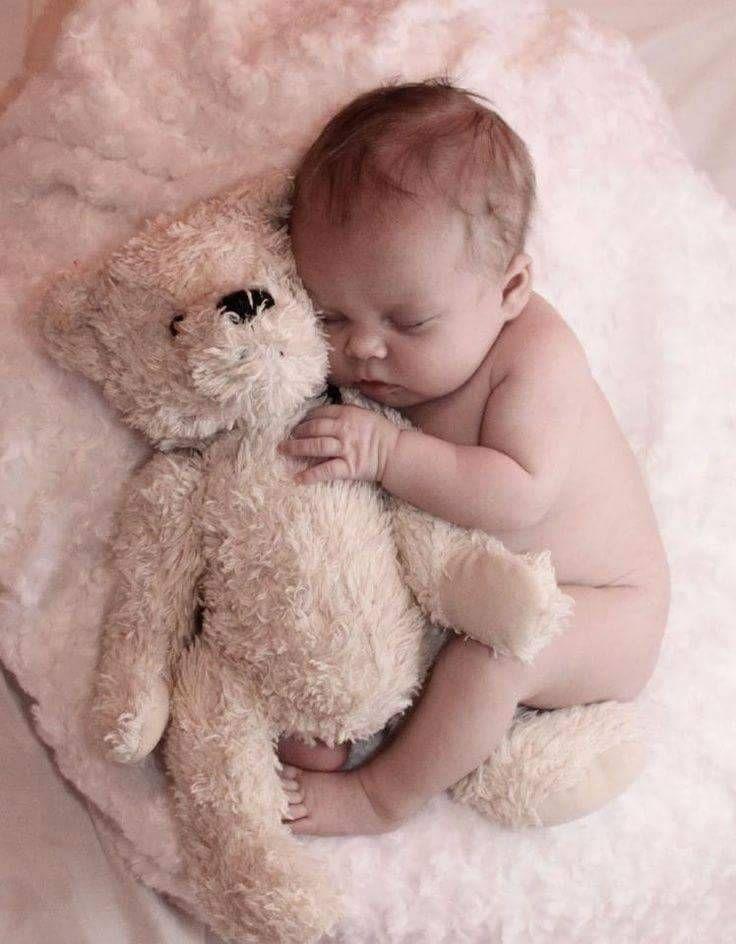 Süßes Babyfoto, neugeborenes Neugeborenes mit weichem Spielzeugteddybär. Baa ... #bearplushtoy
