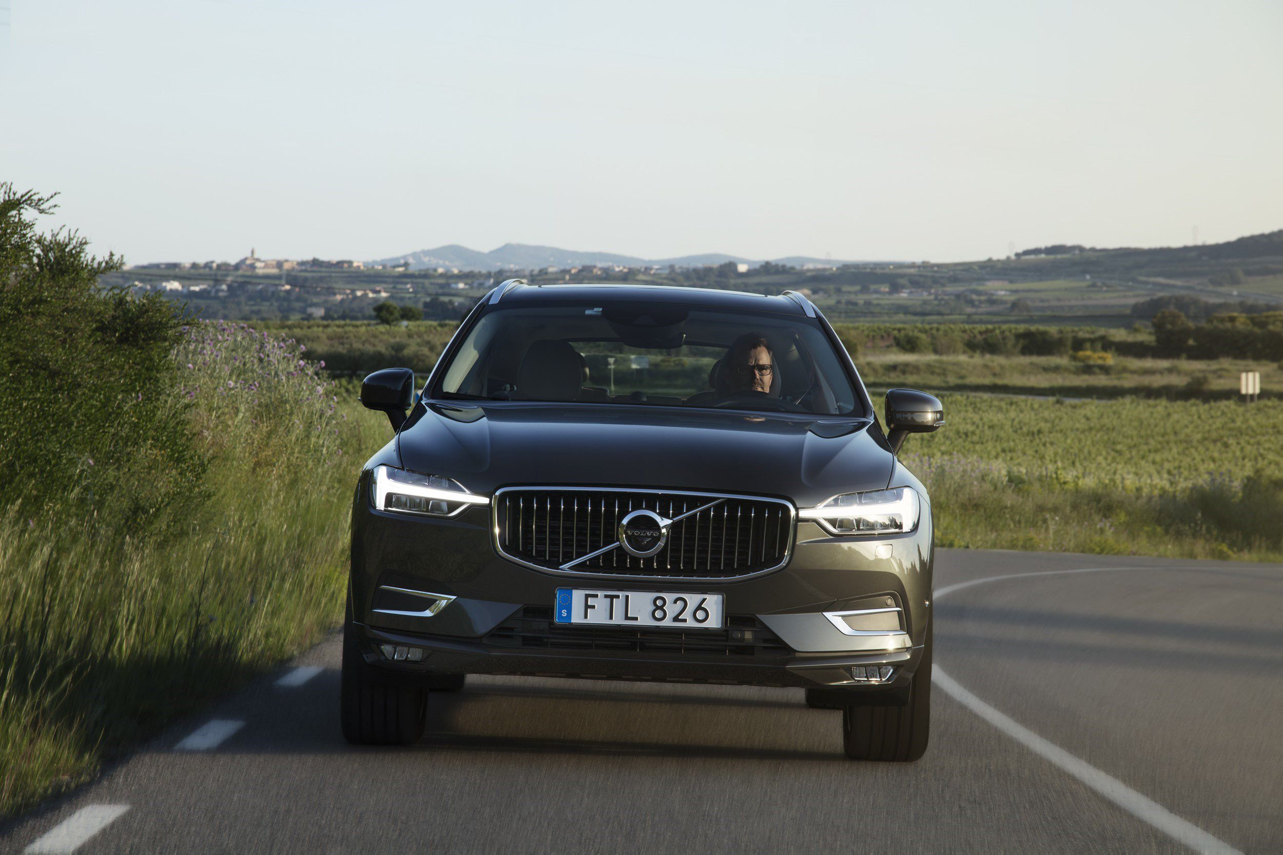 Volvo Xc60 The New Volvo Xc60 One Of The Safest Cars Ever Made Is Fully Loaded With New Technology Steer Assist Has Been Added To T Volvo Xc60 Volvo Cars Volvo