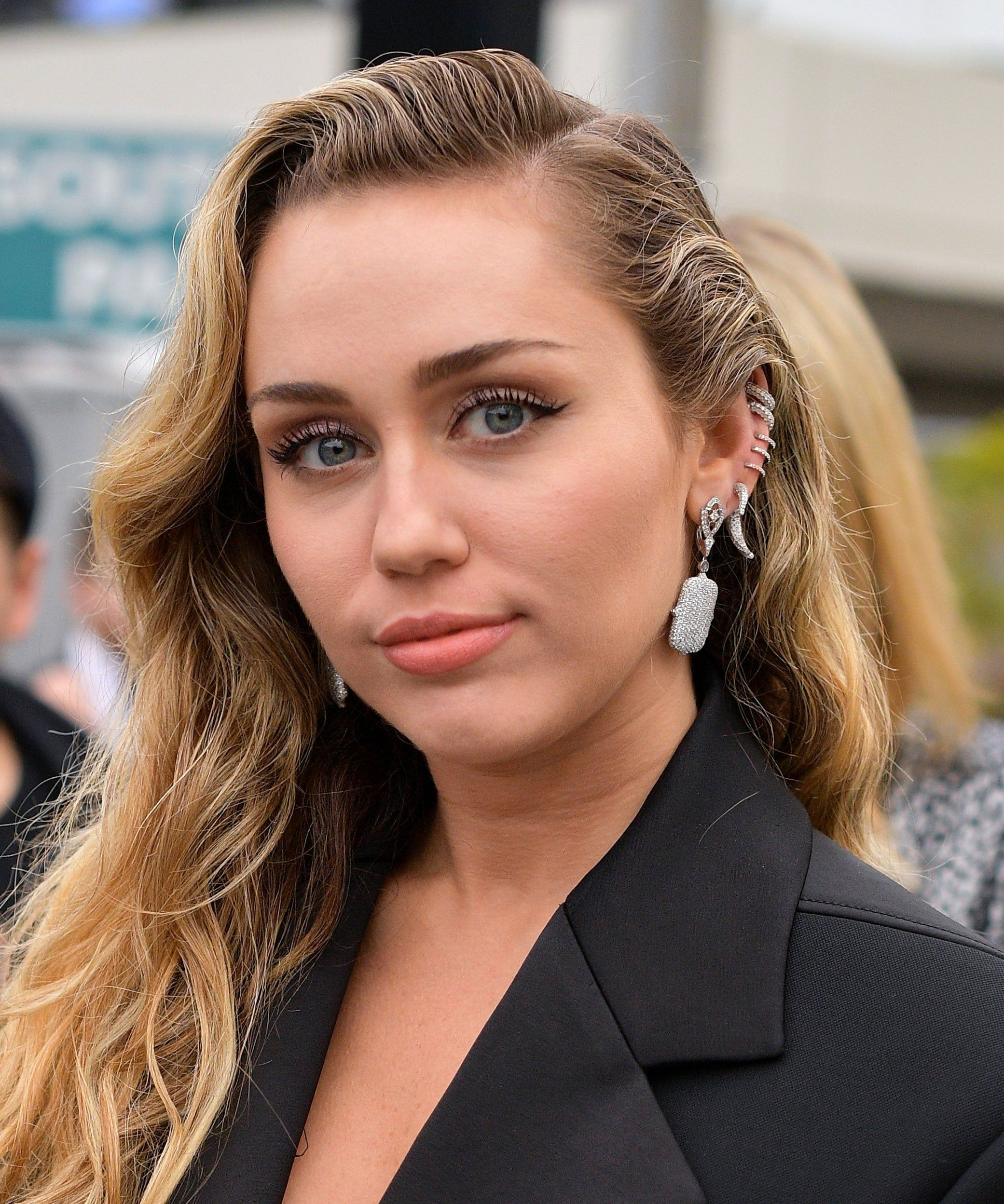 Miley Cyrus Is Making The Shaggy Mullet Happen For 2020 In 2020 Miley Cyrus Hair Miley Cyrus Miley