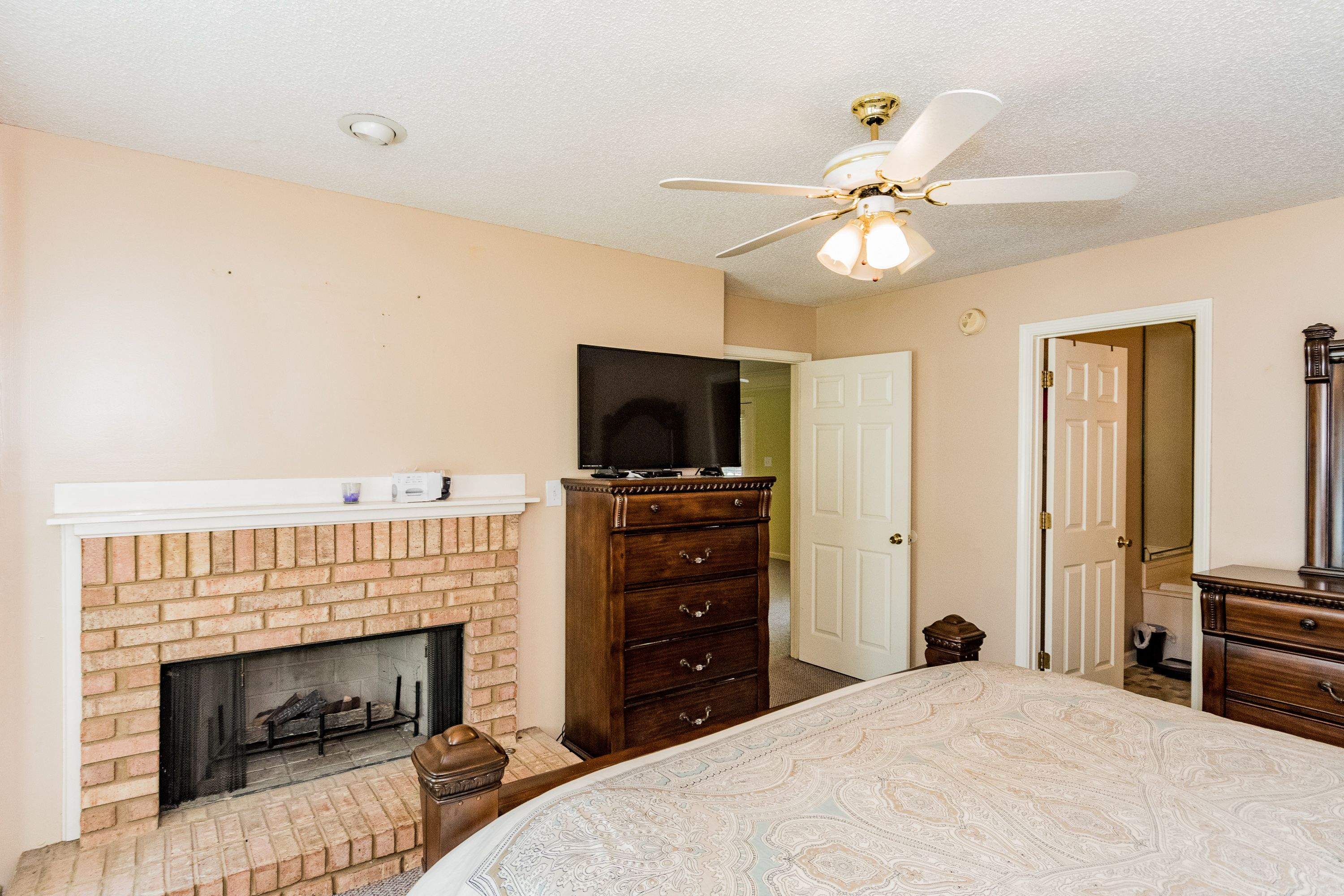 A Cozy Master Bedroom Gets A Punch Of Warmth With A Fireplace Master Bedrooms Decor Bedroom Decor