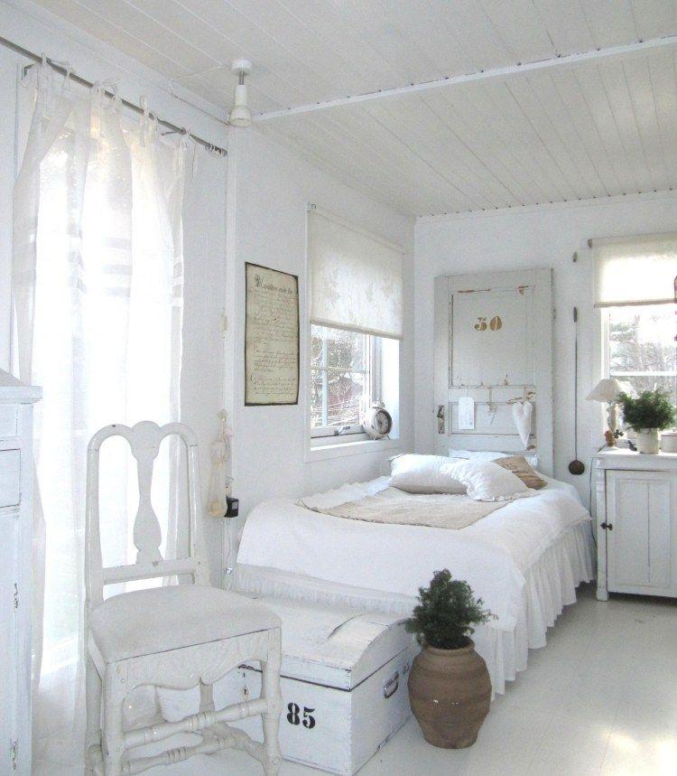 schön dekoriertes Schlafzimmer im Landhausstil mit einem Bett