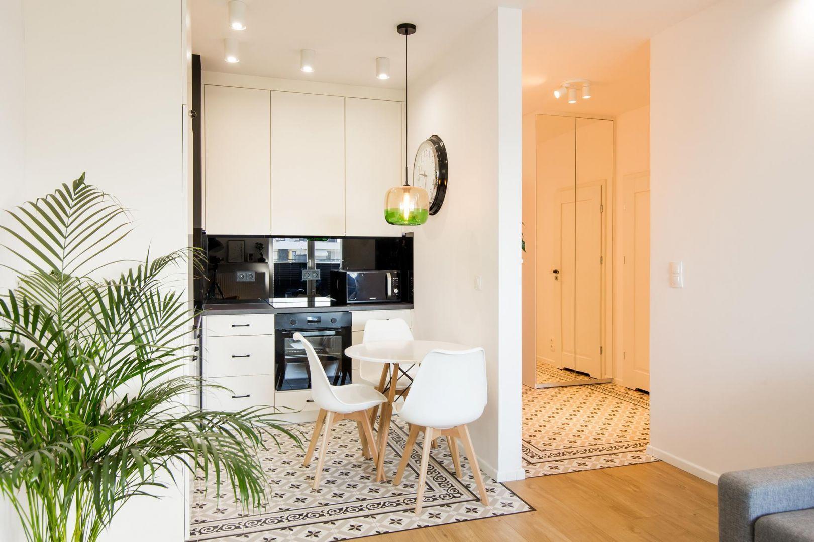Architekci Postanowili Oddzielic Przestrzen Salonu Kuchni I Korytarza Wejsciowego Podloga W Kuchni I Przedpokoju Znajdzie Interior Design Interior Home Decor