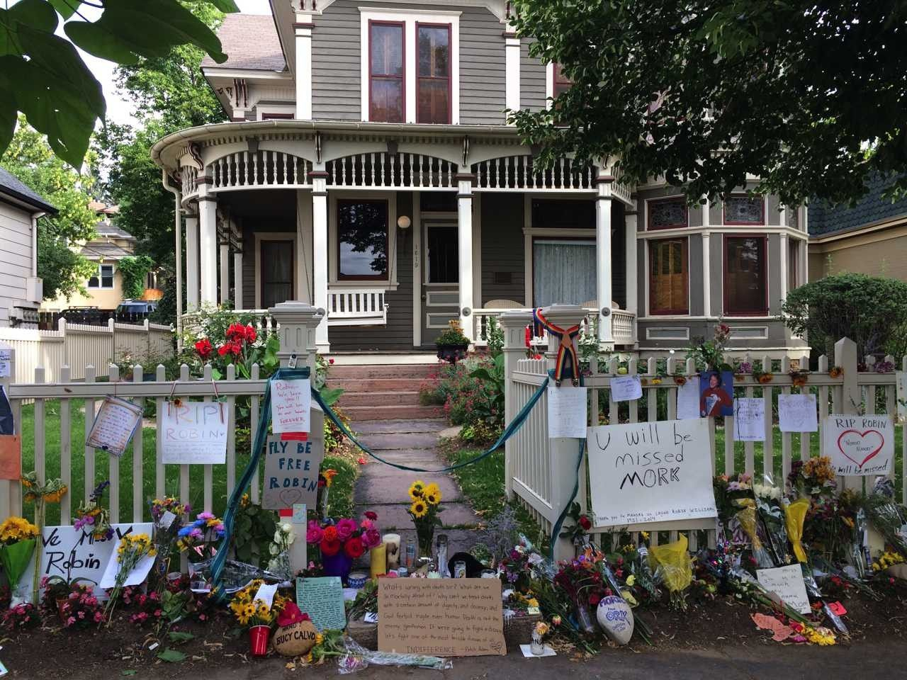 fans create a beautiful memorial for robin williams at the mork mindy house - Robin Williams Houses