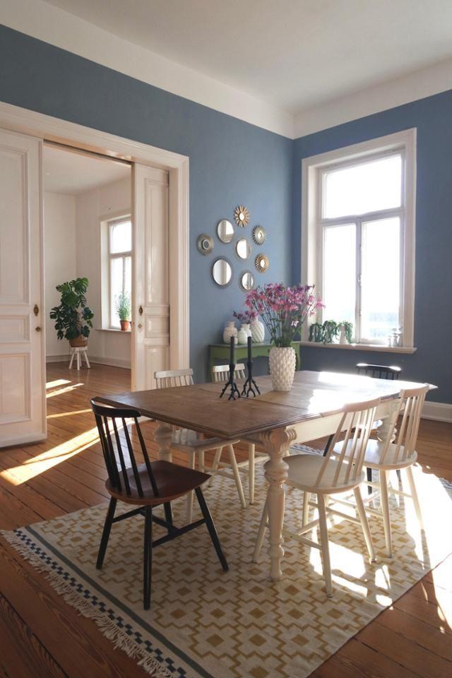 Blaue Wand, Stuhl Mix, IKEA Teppich.