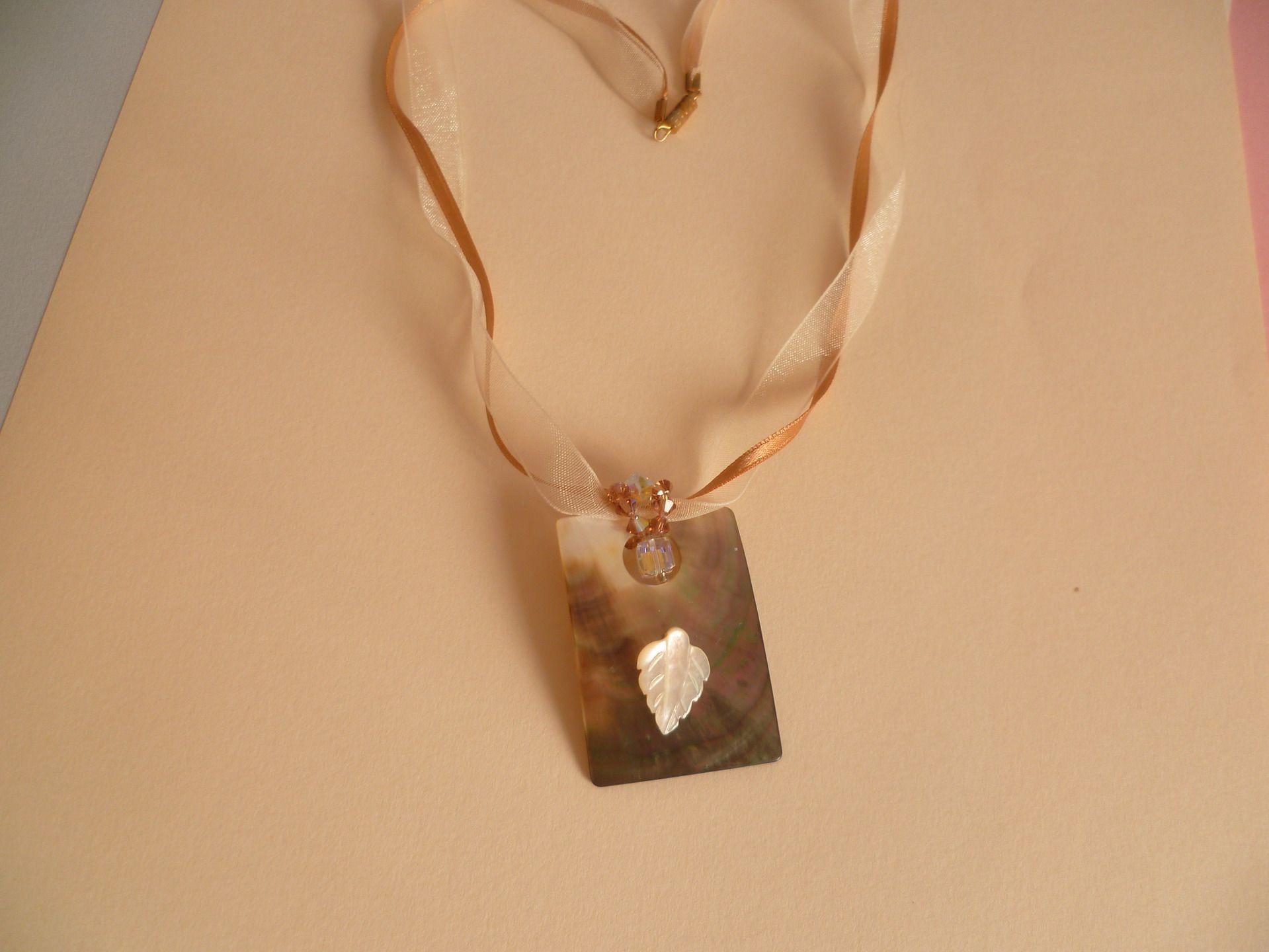 collier nacre naturel irisé rectangulaire, cube swarovsky et petite feuille nacre : Collier par mamay