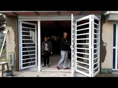 Puerta plegadiza de metal con cristal youtube taller for Puerta corredera de taller