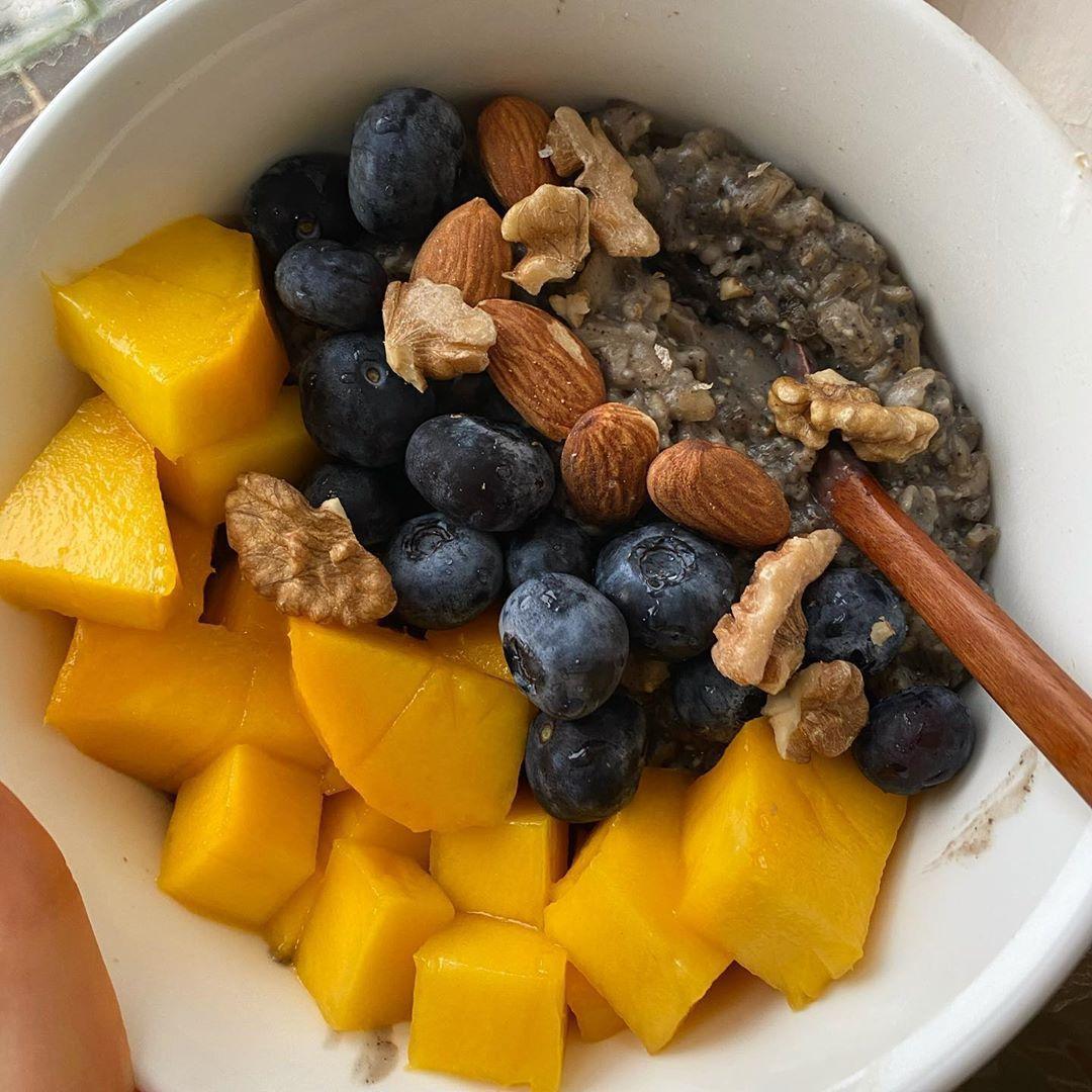 Black sesame mango blueberry oats🖤  Really love the sesame flavour 🖤  #oats #oatmeal #oatmealbowl #oatbreakfast #oatmealbreakfast #oatmealrecipe #blacksesame #walnut #mangoes🍋 #mangoes #mango #bluberry #healthylifestyle #healthyfood #healthy #healthybreakfast #healthymeals