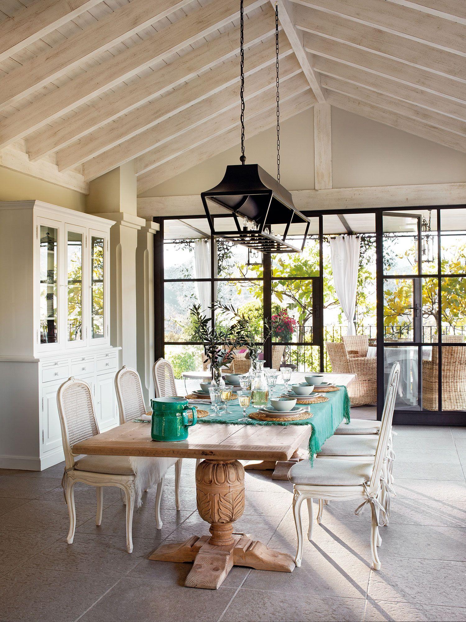 Gran comedor con techo a dos aguas y ventanal al porche_376835 ...