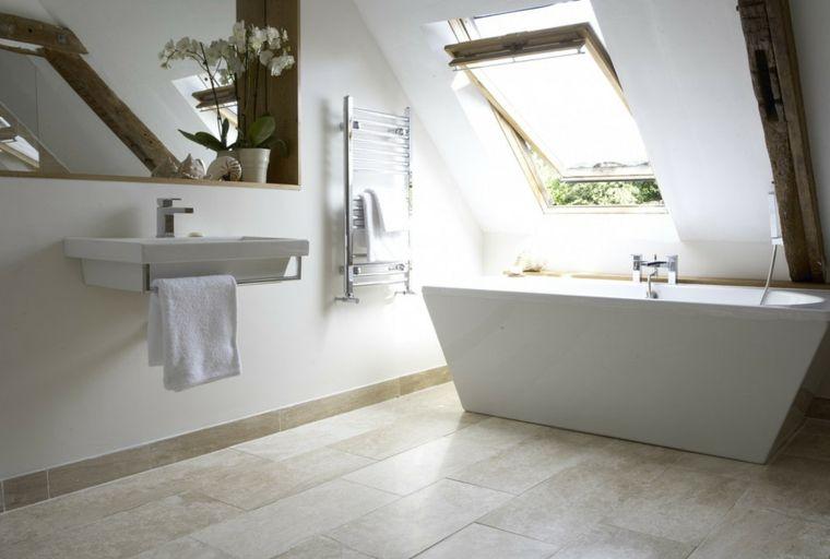Idea per arredare bagno mansarda con una vasca free standing dal