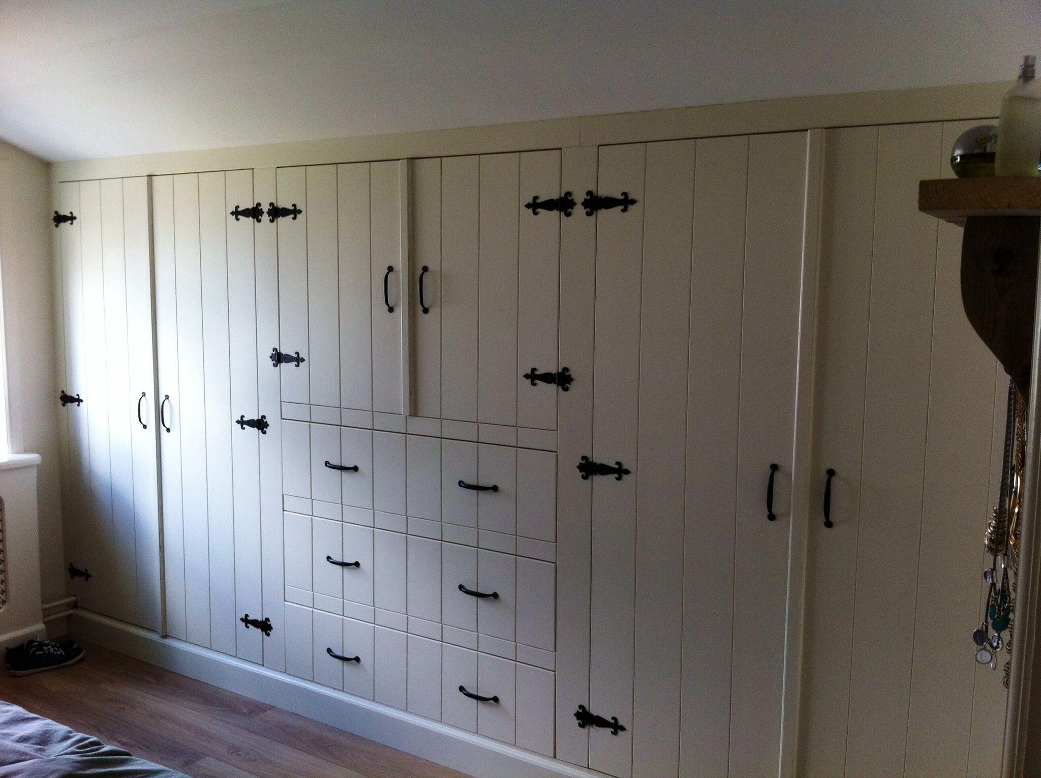 kastenwand slaapkamer landelijk met zwarte gietijzeren scharnieren