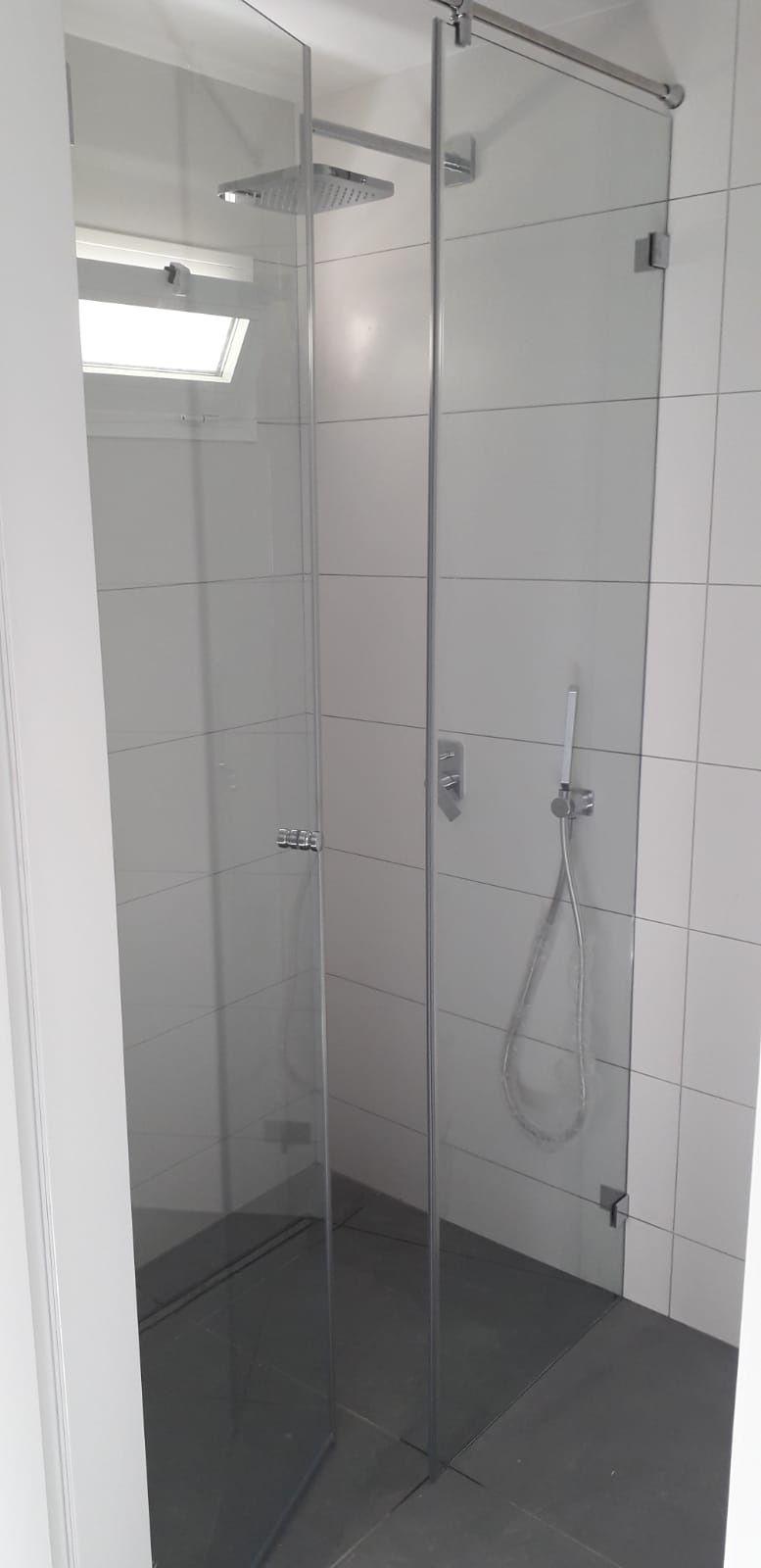 Mampara de ducha minimalista en vidrio templado de alta ...