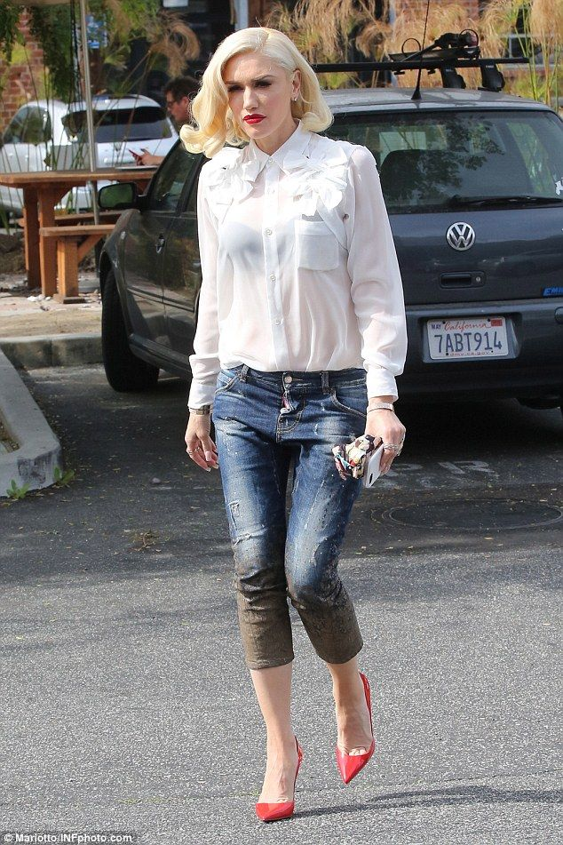 d569177cc23857 Style icon  The 46-year-old wore distressed jean capris and bold red heels.