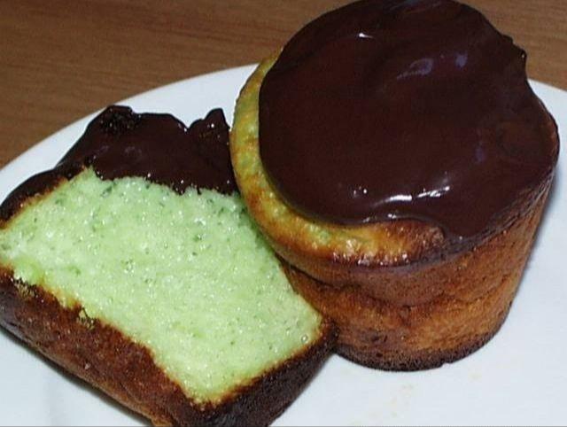 Grøn kage med chokoladeglasur