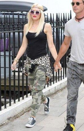 98e3f02189ce1 Gwen Stefani wearing Converse Chuck Taylor All Star Core Ox sneakers in  Black Quay Eyeware Abiwoy Sunglasses in Purple
