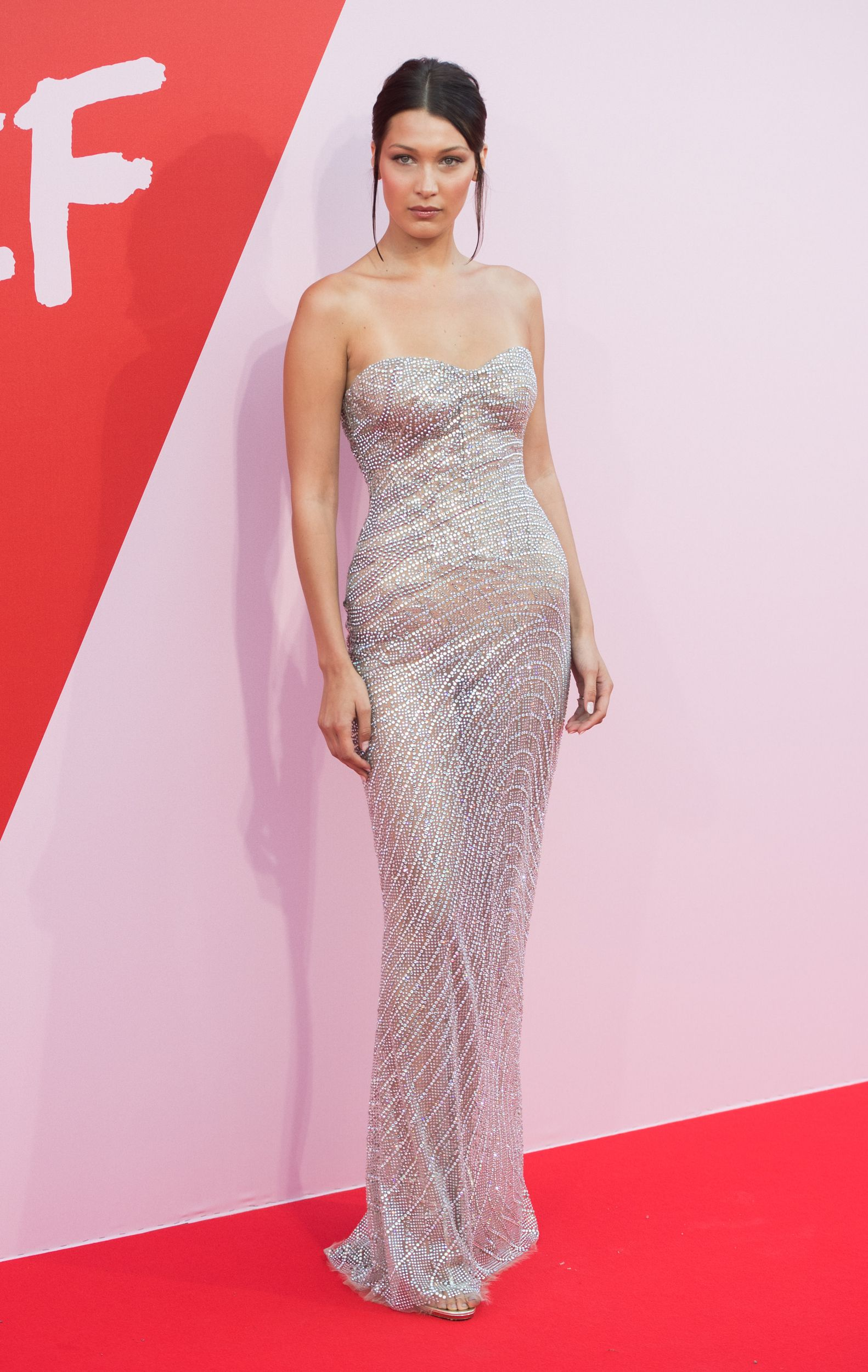 Kendall Jenner Seemingly Commits Fashion Faux Pas At Cannes Film Festival With Outfit Choice Nice Dresses Red Carpet Dresses Celebrity Dresses