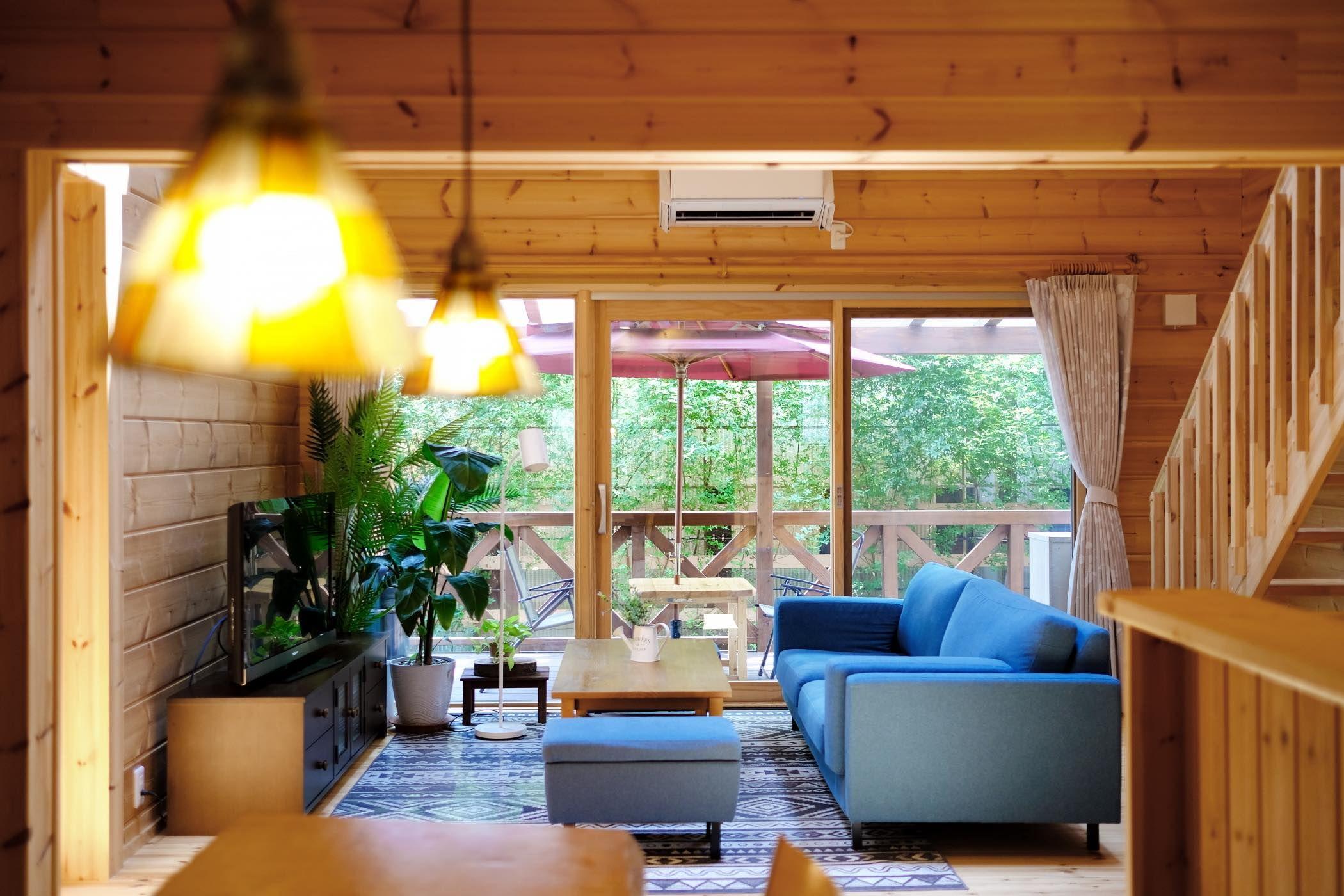 美しい自作のお庭を愛でる住宅街のログハウス 模様替え 住宅 家 内装