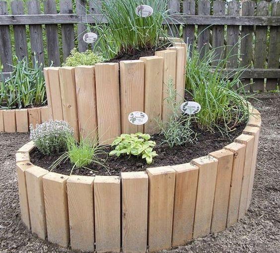 Stapeln Sie Einige Steine Aufeinander Und Bauen Sie Ihre Eigene Krauterschnecke Im Garten Leckere Frische Krauter Diy Garten Hochbeet Garten Garten Ideen