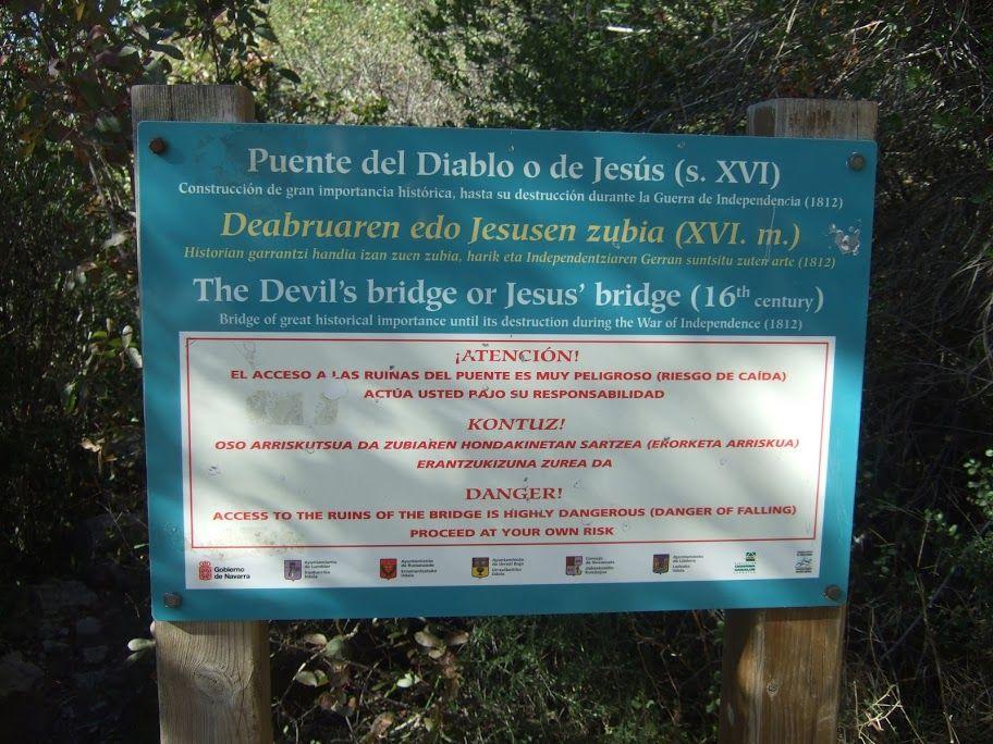 PUente del Diabl.  Foz de Lumbier está en - Navarra - La Foz la conforman el Río Irati que desciende desde el Pirineo de Navarra y los Farallones rocosos. Es una zona donde hay muchas aves destacando los Buitres Leonados.