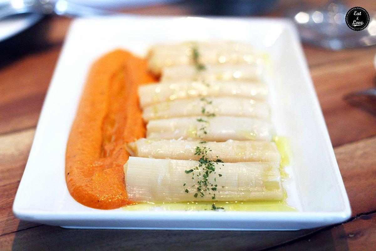 Puerros confitados con salsa romesco en restaurante vinoteca Moratín Madrid